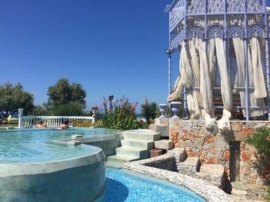 Orpheas Resort: Pool mit Bar (Essen und Drinks), 100m weiter beginnt der Strand