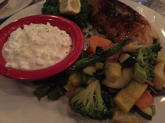 Marina del Rey, CA: Presentation on par with Sizzler. Stuffed fish with vegetables and cottage cheese.