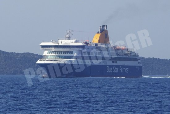 Piraeus, Grækenland: Blue Star Delos, ready to dock to Santorini's Port (Athinios)