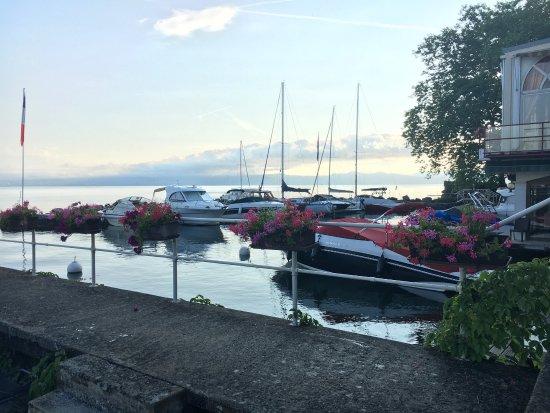 Amphion Les Bains, França: Accès au Lac pour nager...ou débarquer en bateau!
