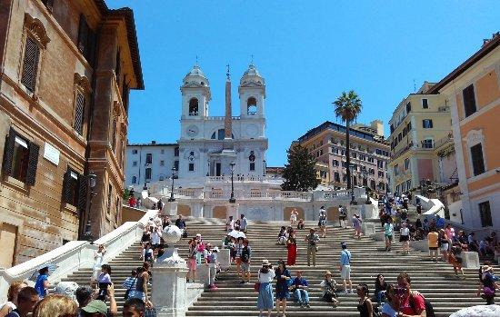 4e42f3e7d13 Piazza di Spagna: A icônica Scalinata di Trinità dei Monti, com a igreja e. Piazza  di Spagna Photo · Vista da Via dei Condotti.