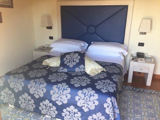 ميزون توفاني: Our amazing room with bed, bathroom, and balcony view.