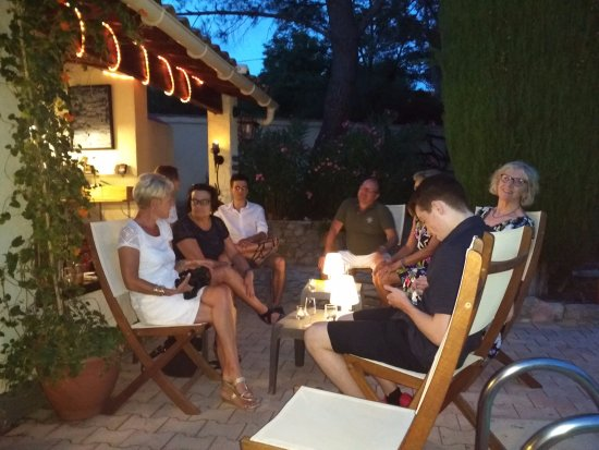 Murviel-les-Beziers, Francia: Great company at the table d'hote tapas evening.