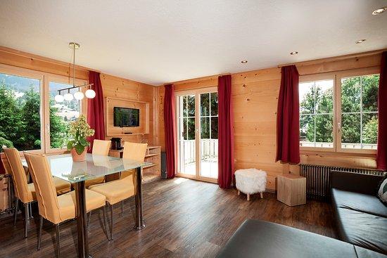 Lenk im Simmental, Switzerland: Wohnzimmer im Famlienzimmer-Superior