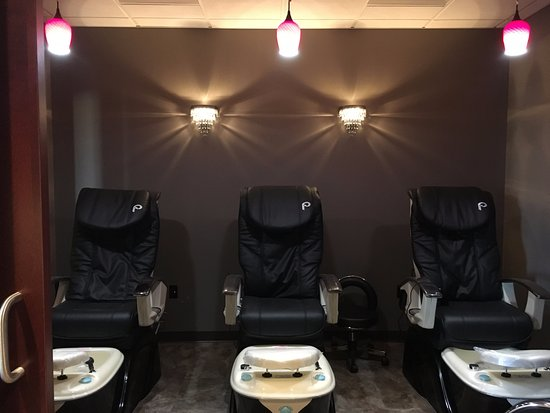 Mechanicsburg, Pensilvania: Bring two of your friends for a relaxing pedicure... (and why not get a manicure while you're at