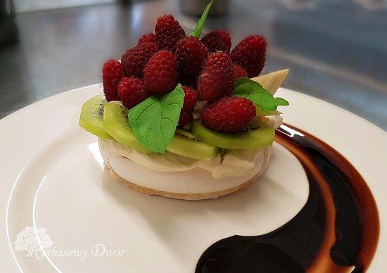 Cieszyn, Pologne : Sezon na maliny w pełni! ;) Zapraszamy na wspaniały deser bezowy ze świeżymi owocami! 🥝 🍌