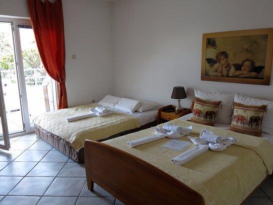Apart Hotel Kukoljac: Кровать удобная, двуспальная и раскладной диван