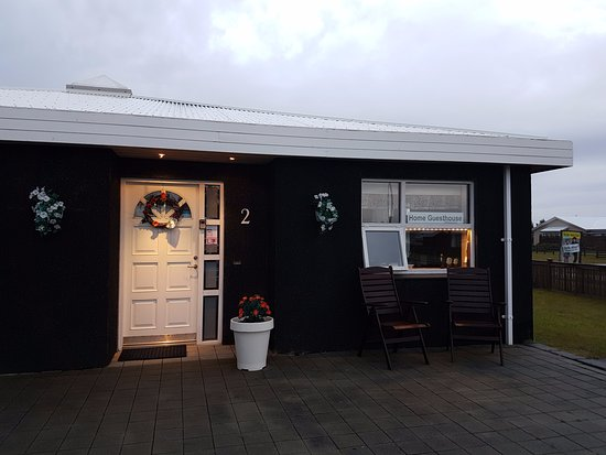 Keflavik, Islandia: Guesthouse front in 5:00 AM