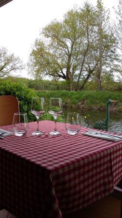 Eysines, France: table au bord de l'eau