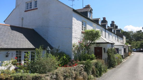 Bovey Tracey, UK: The Rock Inn at the far end of this attractive terrace in Haytor Vale.