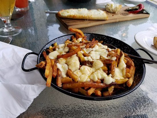 Perth, Canadá: Poutine for lunch