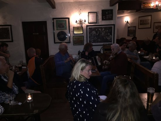 O'Connors Pub Doolin: Local musicians that play most every night, what a treat!