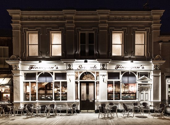 Finnegans's of Dalkey: Finegans at night