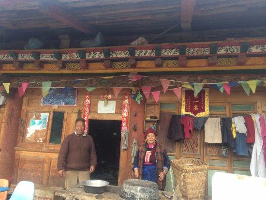 Επαρχία Σάνγκρι Λα, Κίνα: Extremely friendly locals on the north side of the lake