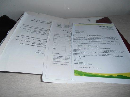Citluk, Bośnia i Hercegowina: papiers informatifs froissés et sales