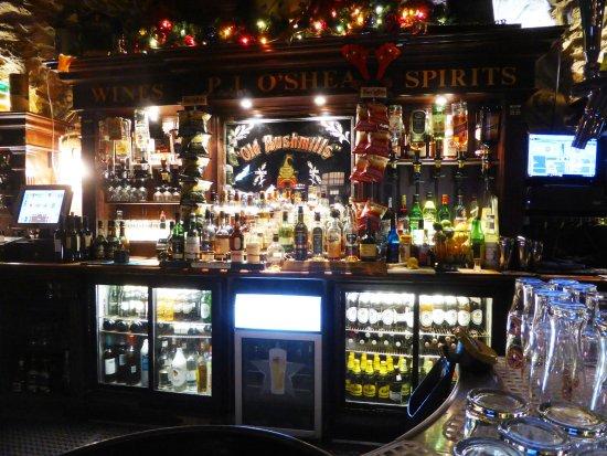 O'Sheas Irish Pub & Biergarten: bunt und laut