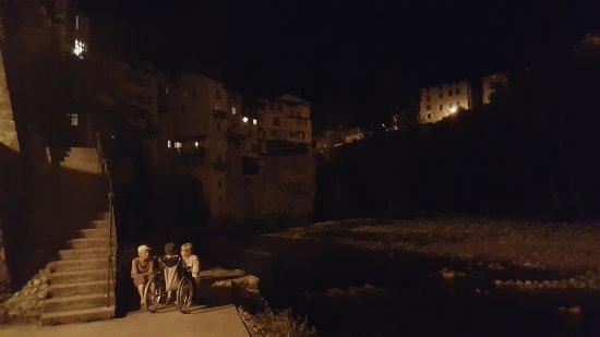Les Maisons Suspendues: Vue de nuit
