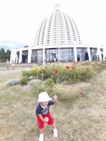 Europäisches Haus der Andacht der Bahá`i: Meu neto Liam expressando sua alegria nesse lugar maravilhoso