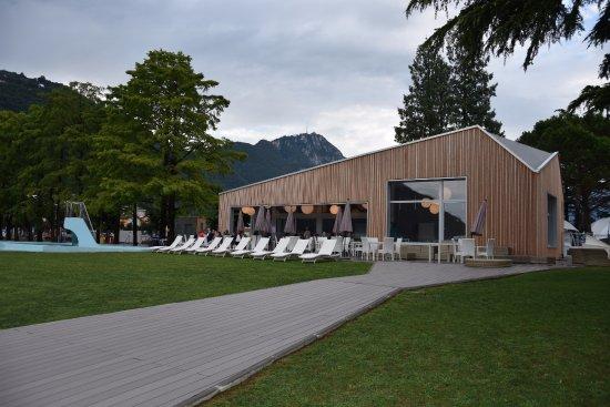 Melide, Switzerland: Esterni ampi e luminosi, un bellissimo prato e una piscina per bambini in estate.