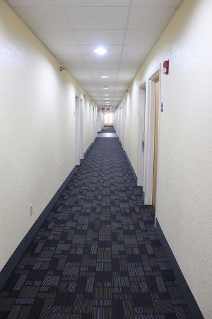 Statesville, Carolina del Norte: Hallway, nothing special, but appeared well maintained and clean