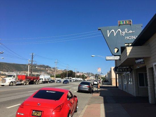 Daly City, CA: Fachada del hotel y calle