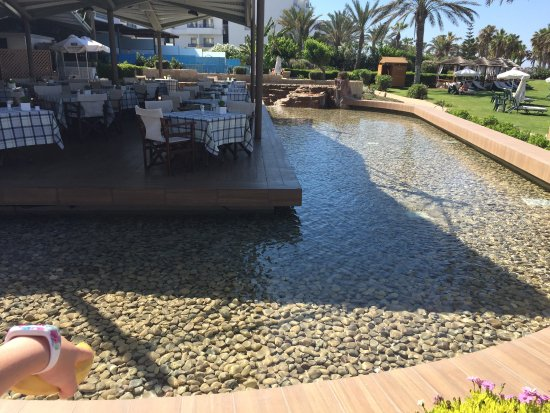 Constantinou Bros Athena Beach Hotel: water feature round 1 of the restaurants