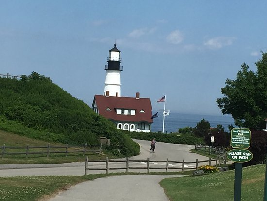 Cape Elizabeth, ME: Easy parking and easy walking to lighthouse. Nice gift shop.