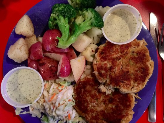 ‪‪Morehead City‬, ‪North Carolina‬: Our Crab Cakes with steamed veggies.‬