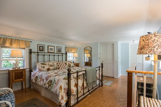 West Barnstable, MA: Wisteria Room has a king bed, en-suite bath with jet tub, and a garden view.