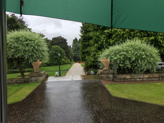 Auchterarder, UK: They provide umbrellas for a rainy stroll.