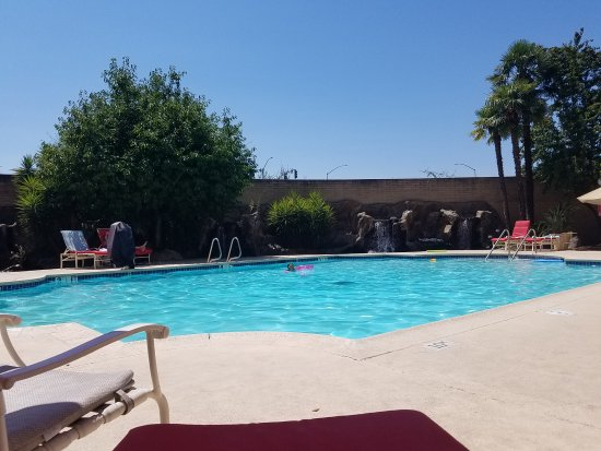 Rancho Cordova, CA: Pool area with mini waterfalls in the background