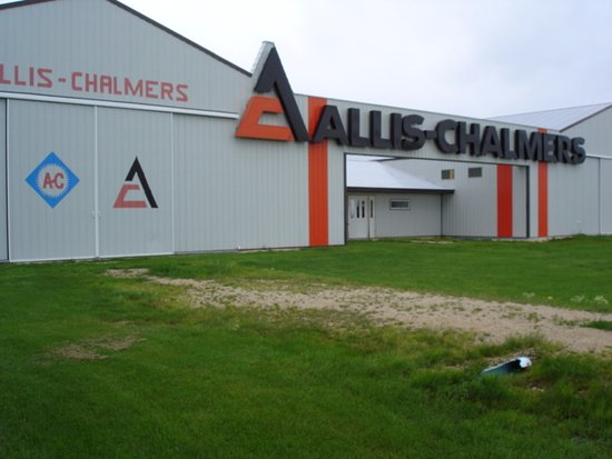 Portage la Prairie, Kanada: World's largest indoor Allis Chalmers collection; with Gleaner Combines, bailers, Tillage equipm