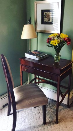 Arbor View House Bed & Breakfast: Cute desk in Zinfandel Room w/ fresh flowers.