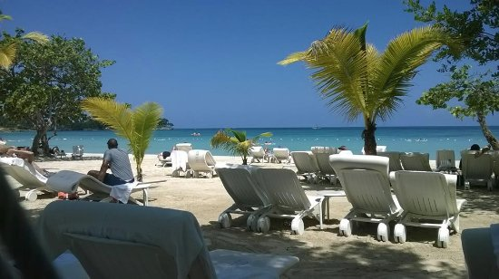 Couples Tower Isle: This is actually the beach at Couples Negril!