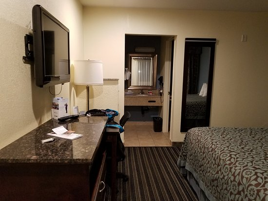 Chula Vista, CA: Sideway view of room, TV and entrance to bathroom/closet