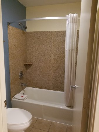 Chula Vista, CA: Side view of bathroom toilet and tub (sink was outside, see separate picture)