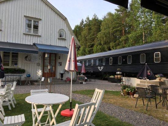 Arjang, สวีเดน: Stille, trivelig uteområde i vakker sommerkveld. Nydelig mat og spesiell overnatting i SJV tidli