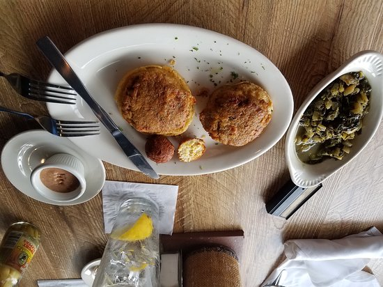 Spanish Fort, Αλαμπάμα: Broiled Crab Cakes with Fried Green Tomatoes and a side of Turnip Greens. Excellent as usual.