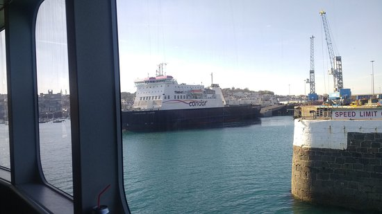 Isole del Canale, UK: Arriving in St Peter Port Harbour, Guernsey.