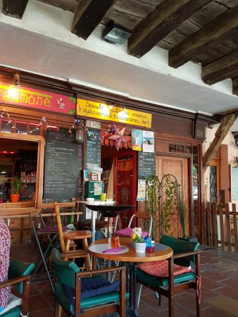 Mirepoix, France : La façade colorée du restaurant