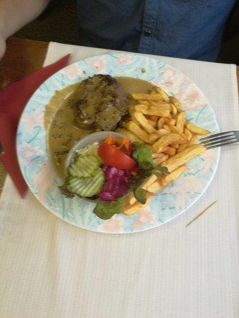 Robertville, Bélgica: Steak met pepersaus, friet en salade