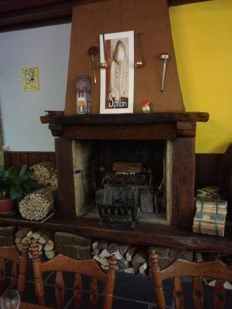 Robertville, Bélgica: Open haard / schouw in restaurant