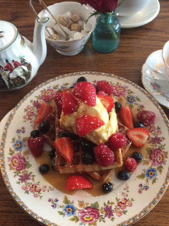 Southborough, UK: Waffles with maple syrup, vanilla ice cream and FRESH BERRIES
