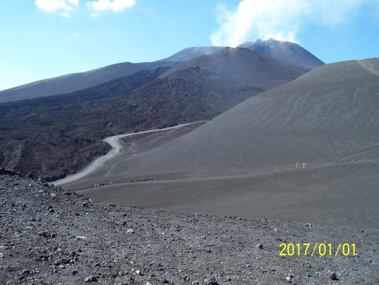 Nicolosi, Italien: This was taken looking back (ignore the date), shows the summit area & new lava flow