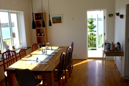 Borgarnes, Islandia: Dining room with a breathtaking view over the mountains and fjord.