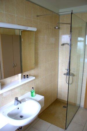 Borgarnes, Island: Bathroom with bath top and shower
