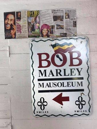 Lees Tours 'r' Us : To Bob Marley Mausoleum