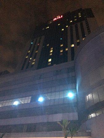 Hotel Riu Plaza Panama: Vista desde el bar de la piscina nocturna