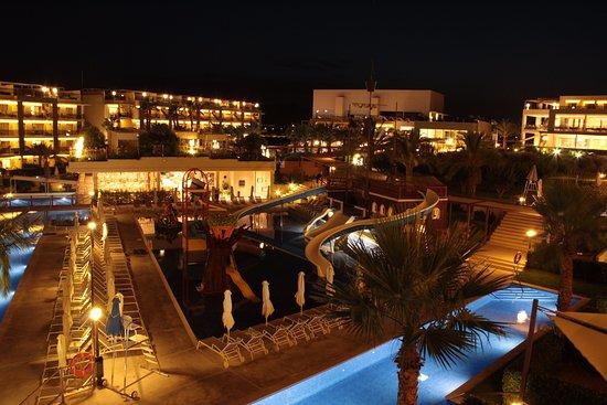 Zafiro Palace Alcudia: The pirate pool at night