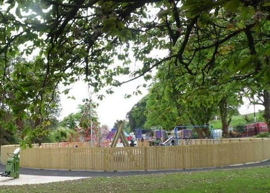 Clones, Ireland: Conveiently situated by the playpark for a much needed refreshment